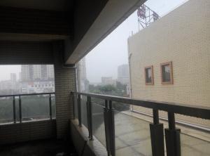 中南服饰楼外看雨